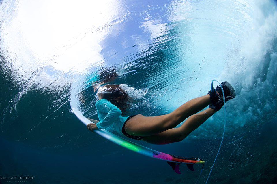 特に美容を気にする女性サーファーは、水着1枚でのサーフィンは避けたほうが無難