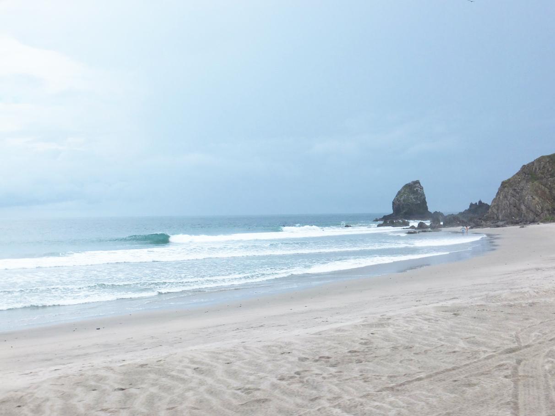 岬の先の岩場のアウトからテイクオフ。プルアウトはビーチまで。徒歩でピークまで戻るのが楽ちん。
