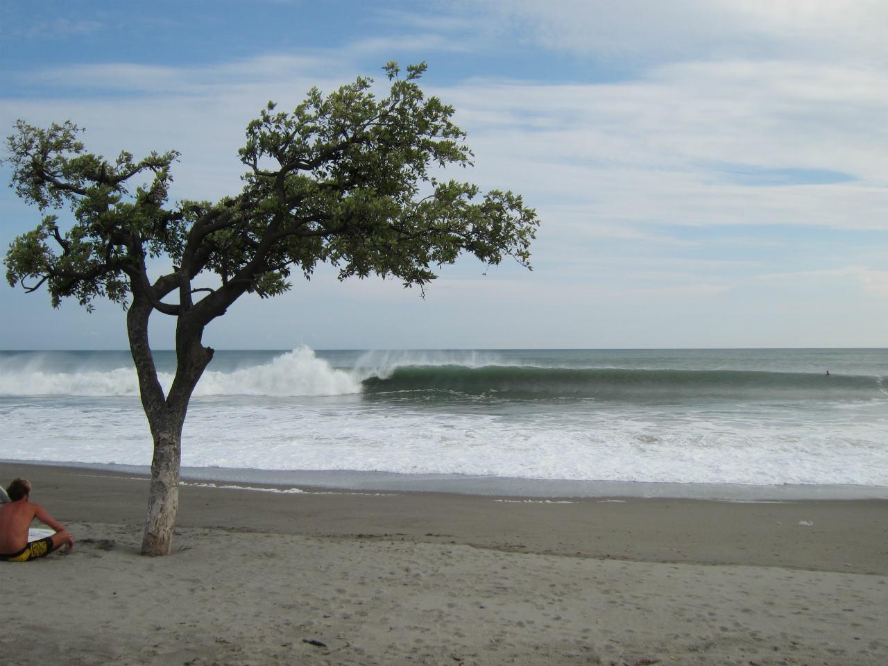 新島のように強烈なチューブ。ウネリが小さくてもここは波が必ずある。